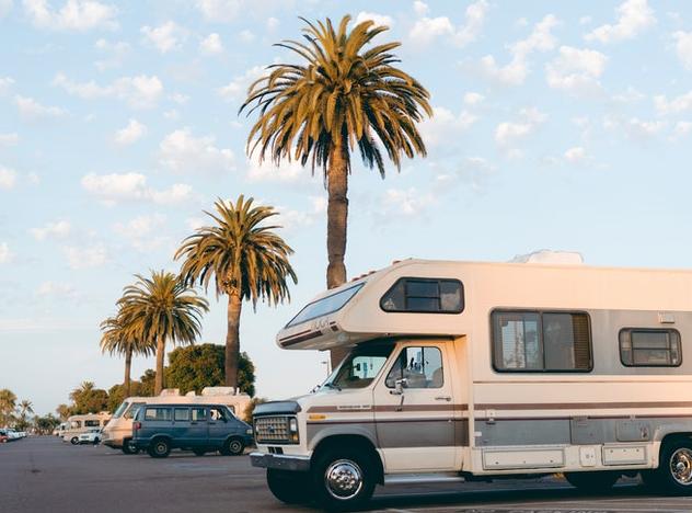 vacances en camping car en famille sous les palmiers