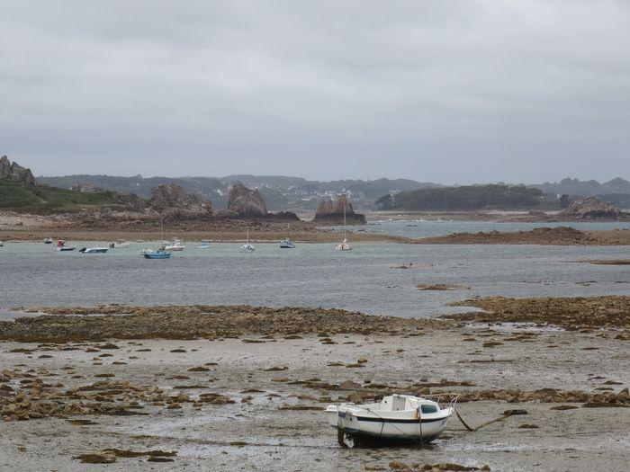 Bateau sur une plage des Côtes d'Armor en Bretagne