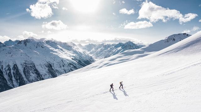 alpinisme, randonnée en raquette à la montagne