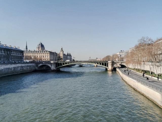 Paris, vue d'une rive de l'Ile de la Cité avec conciergerie en fond
