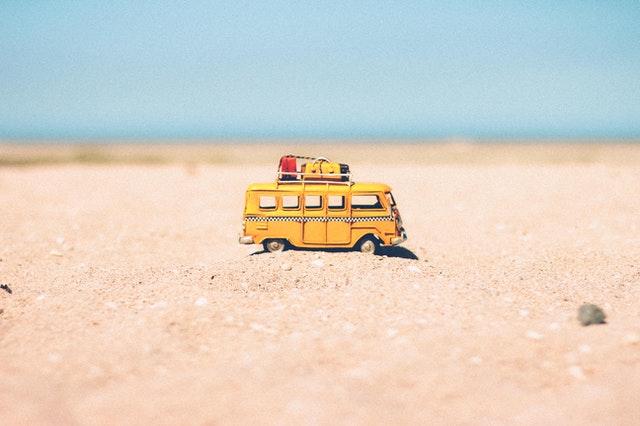 Vacances : mini van sur la plage